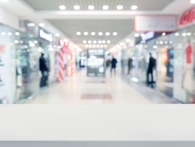 superficie-da-mesa-branca-em-frente-ao-centro-comercial_23-2147907216