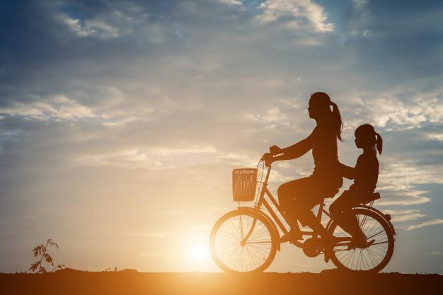 silueta-de-mae-com-dela-filha-e-bicicleta_1150-5339