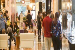 Frequentadores do shopping usam máscaras