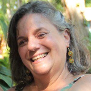 Mulher sorridente fala sobre jardim na varanda