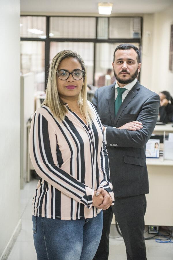 Os advogados Jéssica Souza e Rodrigo Coelho em um escritório