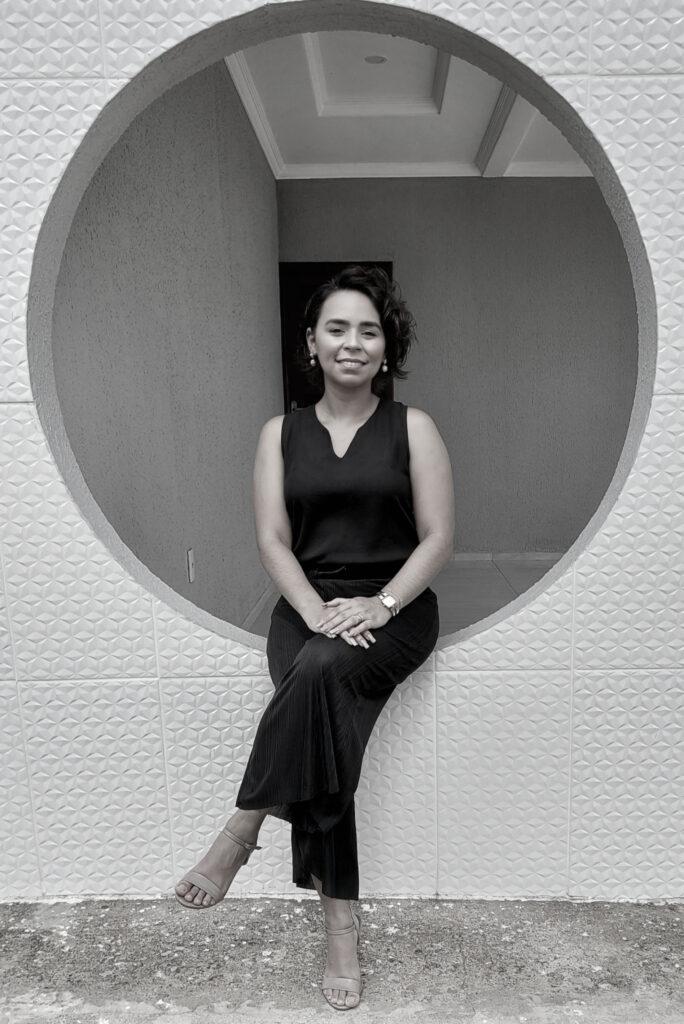 Amanda Rocha, arquiteta, em foto preto e branco