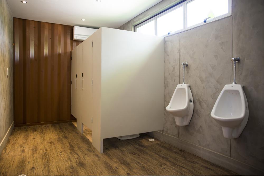 Banheiro construído dentro de um contêiner