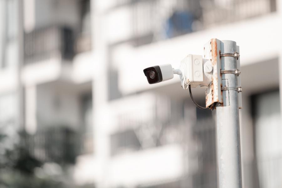 Câmera de segurança instalada em poste em condomínio