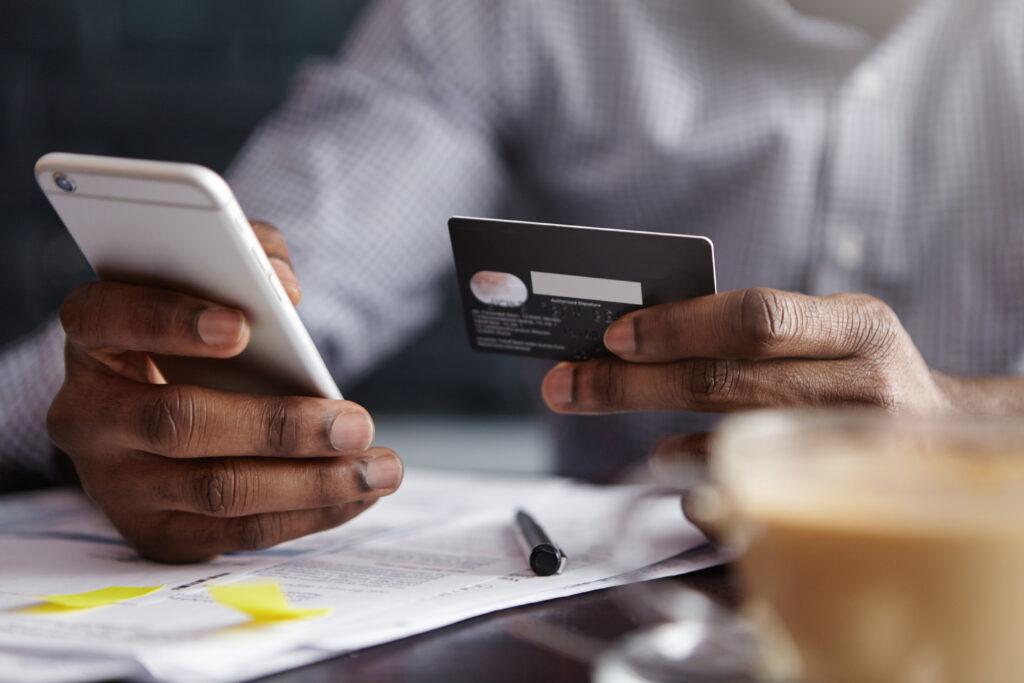 Homem faz pagamento online