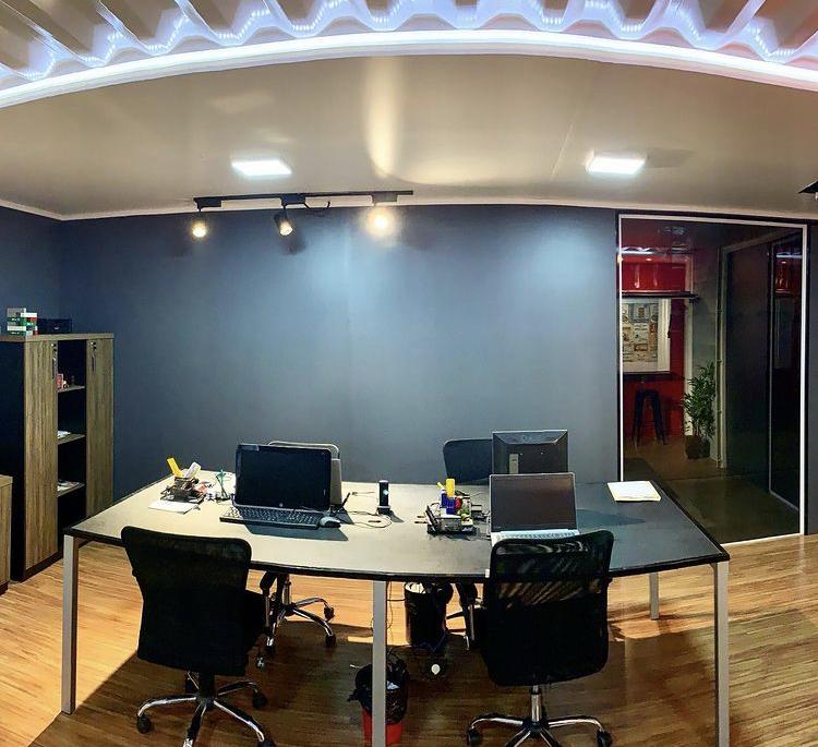 Interior de um escritório construído com contêine
