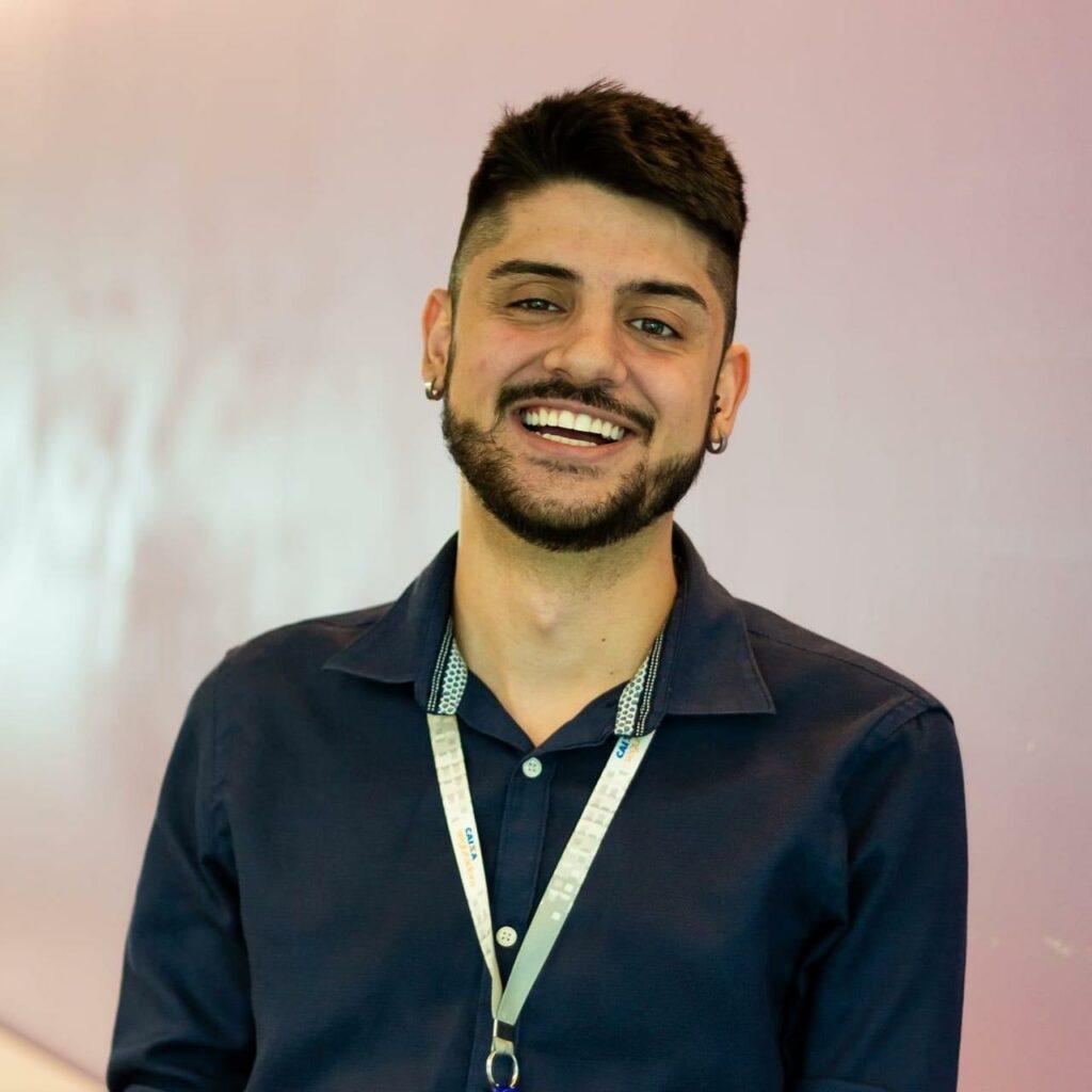 de-mental.jpg Alt text (imagens): Homem jovem sorrindo - o psicólogo Felipe Medeiro