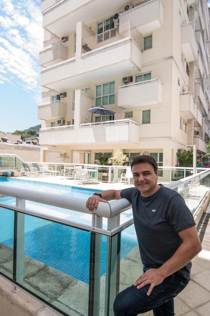 Síndico Luiz Henrique Ribeiro à frente do Condomínio Duo Prime, em Botafogo (RJ)