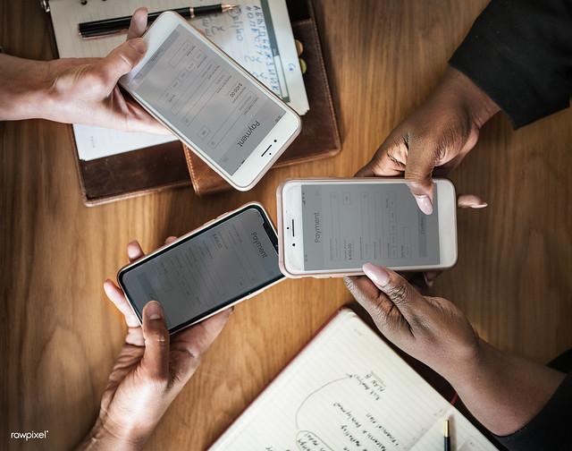 Três pessoas compartilhando suas telas de celular