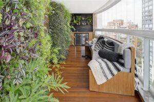 Imagem de uma sala com sofá e jardim vertical
