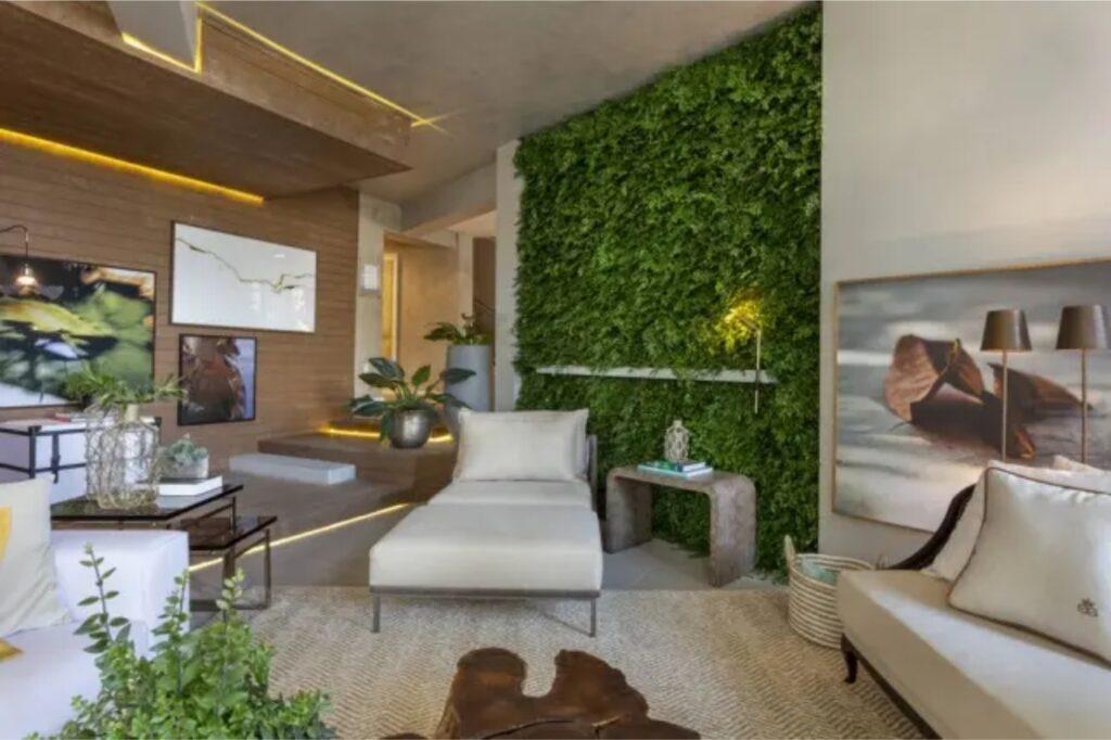 Imagem de uma sala de estar com jardim vertical