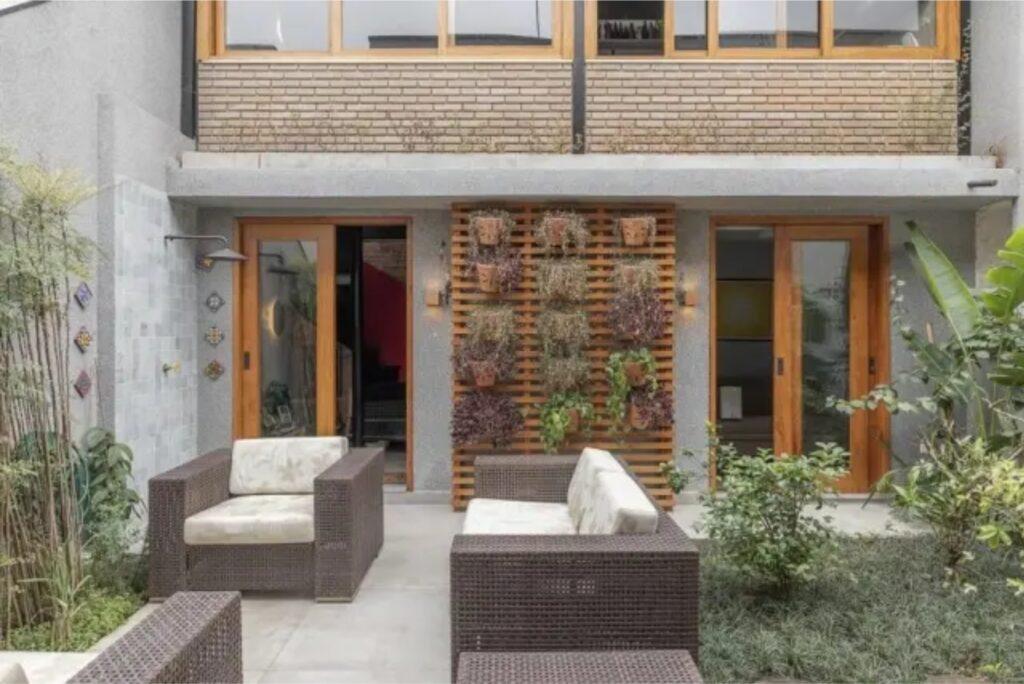 Imagem de uma casa com plantas