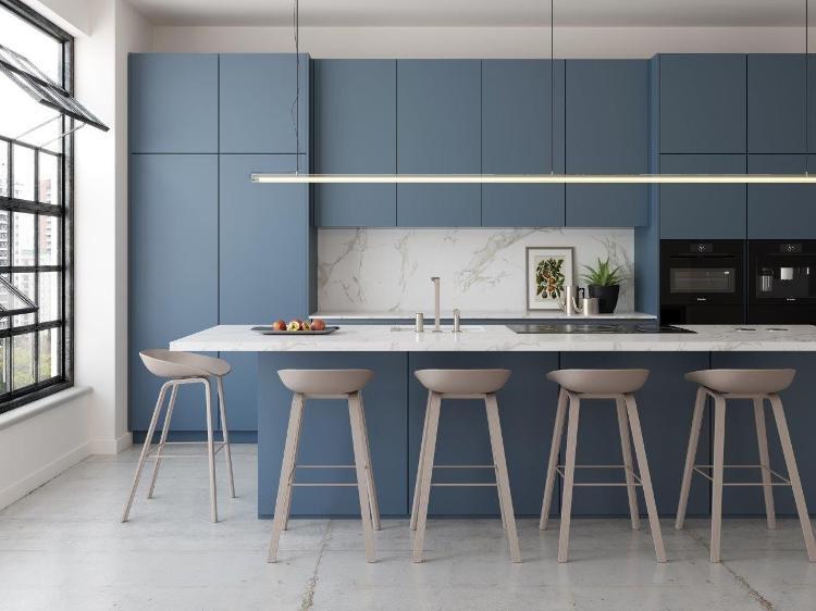 Cozinha com bancada e banquetas na cor azul