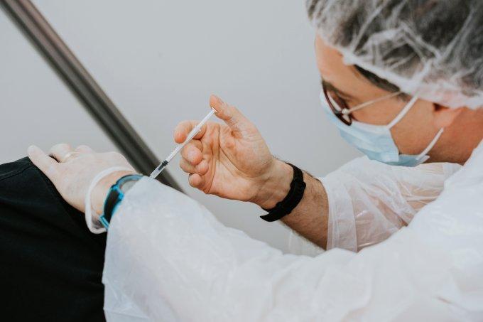 mulher aplicando vacina