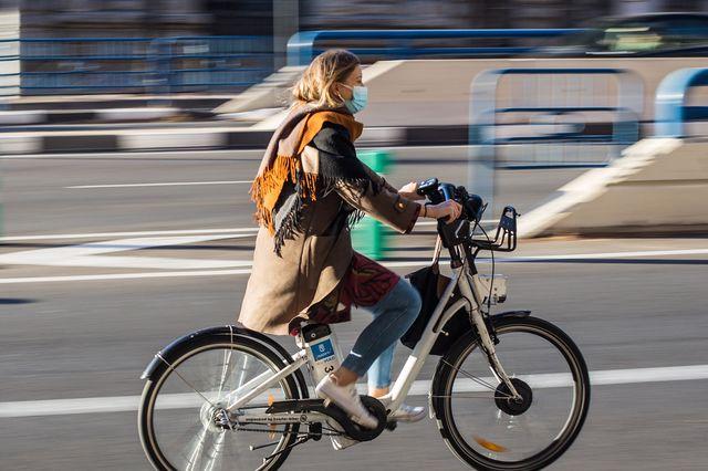 mulher de bicicleta