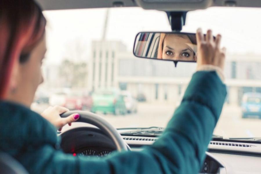 mulher_dentro_do_carro_olha_o_espelho