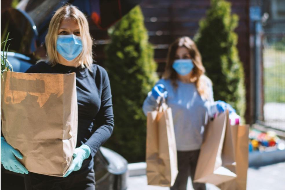 mulher segurando sacolas